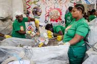 Catadores de res�duos s�lidos recebem fardamento e equipamento de prote��o para atuar no Carnaval