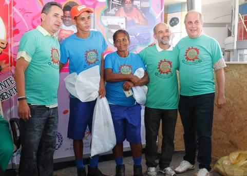 Os secret�rios �lvaro Gomes (Setre) e Geraldo Reis (Justi�a Social) participaram da entrega de kits aos catadores, na manh� desta sexta-feira 5.